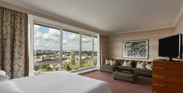 Hilton amsterdam hotel la sede del bed in di john e yoko for Dove dormire amsterdam centro